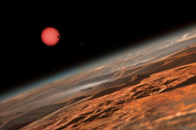 Giran en torno a una estrella enana, más roja y más fría que el Sol, a 40 años luz de la Tierra.
