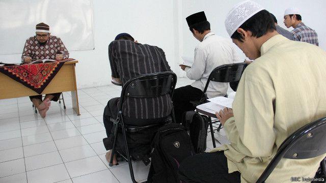 Suasana perkuliahan di sebuah klas di kampus STAI Ali bin Abi Thalib.