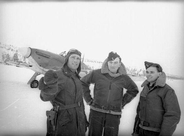 """Советский ас Борис Сафонов (слева) с британскими летчиками Кеннетом """"Ибби"""" Уодом (посередине) и Чарльтоном """"Вэгом"""" Хоу (справа)"""