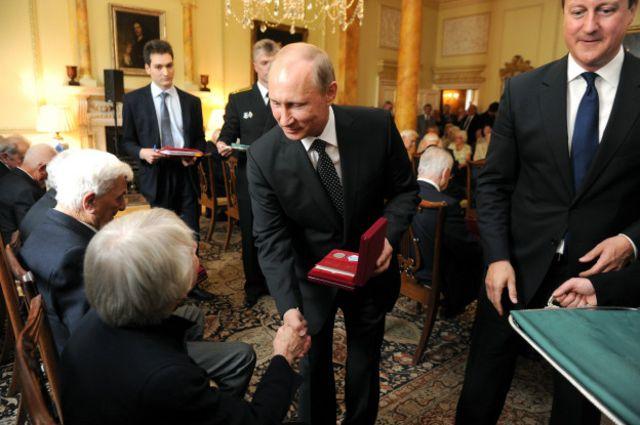 В июне 2013 года Владимир Путин и Дэвид Кэмерон вручили ветеранам Арктических конвоев медали Ушакова и Арктические звезды