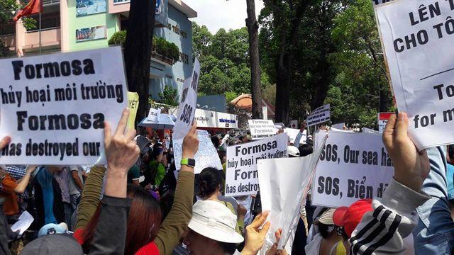 Các cuộc biểu tình diễn ra vì thảm họa cá chết ở miền Trung Việt Nam