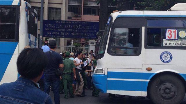 Người biểu tình bị lực lượng áo xanh trấn áp và bắt lên xe bus tại khu vực Nhà thờ Đức Bà, Quận Một.