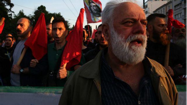 Hükümetin tepkiyle karşılanan kemer sıkma önlemleri Atina sokaklarında protesto edildi.