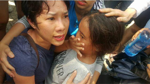 Hàng loạt hình ảnh cho thấy bà Mỹ Uyên bị thương tích và ôm con gái