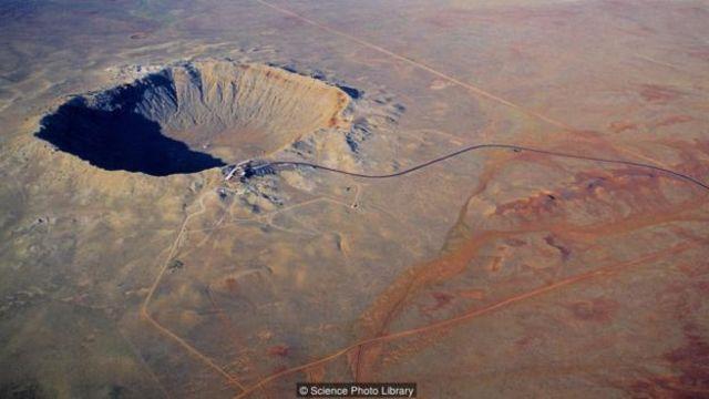 250 metre çapındaki bir göktaşı Arizona'da dev bir krater oluşturdu.