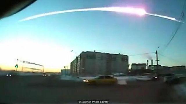 2013'te Chelyabinsk'e düşen göktaşı atmosfere girince parçalandığı için fazla zarar vermemişti.