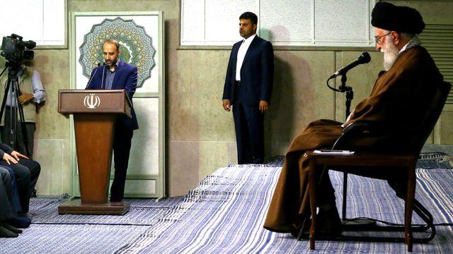 عکس از جلسه سال گذشته مدیران صدا و سیما با آیتالله خامنهای