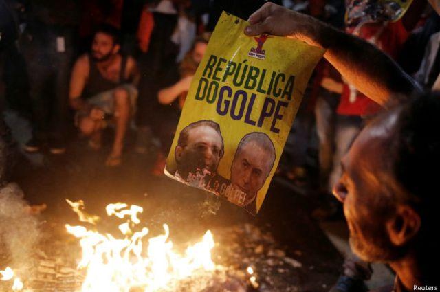"""Los correligionarios de Rousseff llevan semanas diciendo que el proceso es """"una farsa""""."""