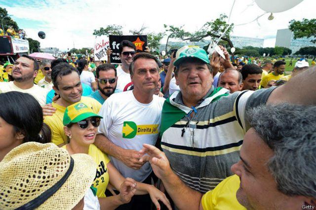 """El congresista Jair Bolsonaro (en la imagen, con la camiseta blanca) dedicara su voto a favor del """"impeachment"""" al coronel Carlos Alberto Brilhante Ustra, torturador del gobierno militar."""