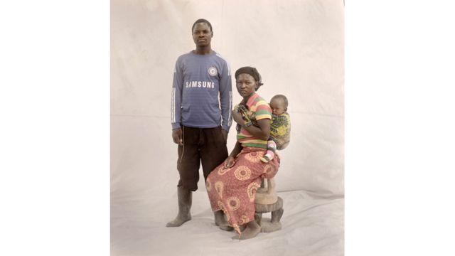 """ثانديوي، 15عاما، تعيش مع ابنتها، آنا التي يبلغ عمرها تسعة أشهر، وزوجها وأهل زوجها في قرية نائية في زامبيا. حين أصبحت حاملا اضطرت ثانديوي لترك المدرسة والزواج من والد طفلها. تقول ثانديوي """"ما زلت أشعر أنني لست مستعدة لأكون أما، لأنني لم اتوقع أن يكون لدي طفل الآن. قبل الحمل، كنت في السنة الدراسية السادسة. كنت أريد أن أصبح كبيرة طهاة وأعمل في المدينة. ثم التقيت بصبي كان في السنة الدراسية التاسعة. لم يكن لدينا علاقة، التقينا فقط حوالي خمس مرات. شعرت بالخوف عندما اكتشفت أنني حامل وعندما عرف والدي، نقلوني إلى منزل زوجي وتركوني. لم أكن أريد أن أذهب إلى هناك، لكنهم أجبروني على الزواج منه"""". وعُقد مؤتمر الأمم المتحدة حول صحة المرأة وحقوقها في كوبنهاغن خلال الفترة من 16 إلى 19 مايو/ أيار 2016."""
