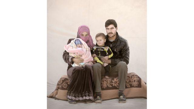 """أميرة، 15 عاما، تعيش مع طفليها سامر وعمره عام واحد، وأمل وعمرها 12 يوما فقط، وزوجها في مخيم للاجئين في الأردن. اضطرت أميرة لترك المدرسة بسبب الحرب في بلدها سوريا. تزوجت أميرة وهي في سن 13 عاما، وأنجبت الطفلين في عيادة الولادة في المخيم. تقول أميرة """"من الصعب جدا رعاية طفل حينما تكون أنت نفسك طفلا. على سبيل المثال: لا أعرف إذا كان ضروريا أن أحمل طفلي طوال الوقت. بالإضافة إلى ذلك، يجب أن اعتني بزوجي أيضا. ليس لدي أي وقت فراغ لنفسي. أطفالي يستحوذون على وقت أطول بكثير من جميع أعمالي المنزلية. وطفلي المولود حديثا يبكي كثيرا. في بعض الأحيان، لا أعرف لماذا يبكي. إنه يبكي فقط""""."""