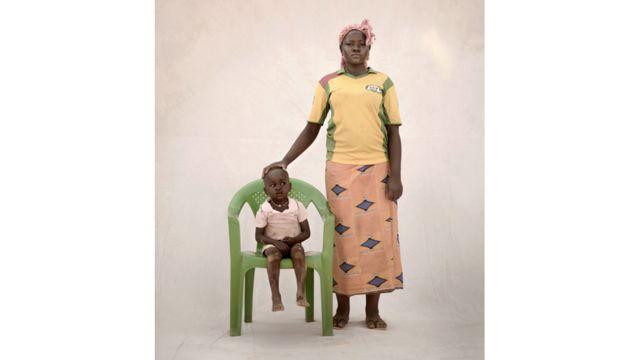 """بوكو، 15 عاما، تعيش مع ابنها تيغا، البالغ من العمر ثلاثة أعوام، ووالديها وجدتها وعمتها في منطقة حضرية في بوركينا فاسو. كادت بوكو أن تموت أثناء الولادة. عائلتها كانت فقيرة جدا ولم تتمكن من دفع الرسوم المدرسية لتواصل تعليمها. تقول بوكو """"كان عمري 12 عاما حينما أصبحت حاملا. في ذلك الوقت، لم أكن أعرف شيئا عن هذه الأمور. في أحد الأيام، أراد مني صديقي الذي اعتدت أقابله أن آتي إلى منزله. لم أكن أعرف السبب. لكنه قال إنه عندما يأتي الليل، فسننام معا. ذهبت إلى هناك ومارس معي الجنس. وكانت هذه هي المرة الأولى""""."""