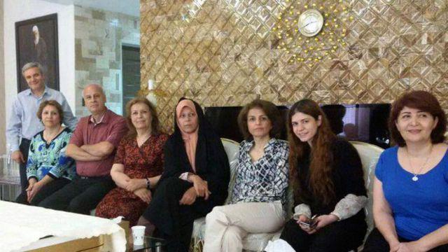 انتشار عکس خانم هاشمی در کنار مدیر جامعه بهاییان و تصویر عبدالبها بر دیوار باعث انتقادهای تندی شد
