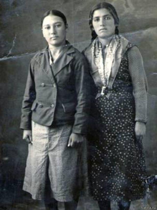 Alima İlyasova (sağda) ismi bilinmeyen bir dostuyla. 1940'lı yılların başı.