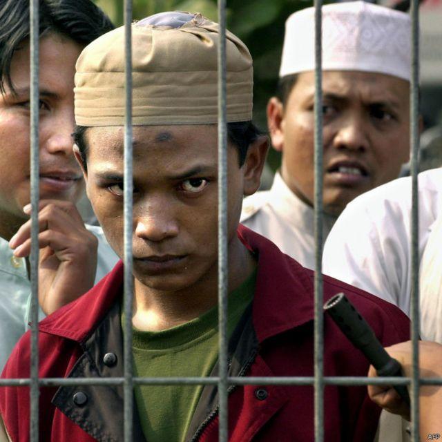 Para pendukung terpidana terorisme, Abubakar Baasyir, mengikuti persidangannya pada 2 September 2003.
