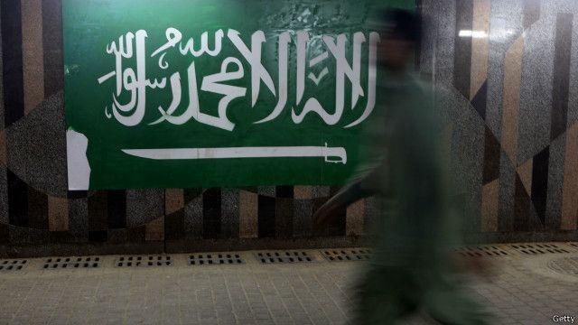 Bendera Arab Saudi yang dijadikan simbol di sebuah dinding pertokoan di Riyadh, Arab Saudi.