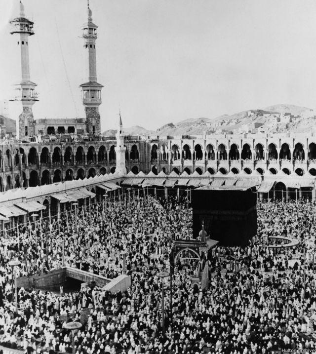 "Mekkah, 2 Maret 1967. Walaupun sempat terusir oleh pasukan Turki Utsmani, keturunan keluarga Saud merebut kembali kekuasaan nenek moyangnya. Kelak lahirlah kerajaan Saudi Arabia pada 1932 yang didasarkan ""cita-cita Wahabi""."