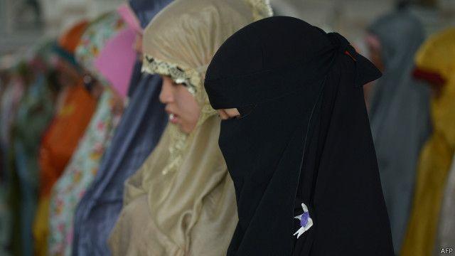 Beberapa perempuan Muslim tengah sholat berjamaah.