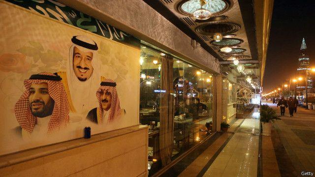 Sudut kota Riyadh dan gambar raja dan pangeran kerajaan Arab Saudi, 7 Desember 2015.