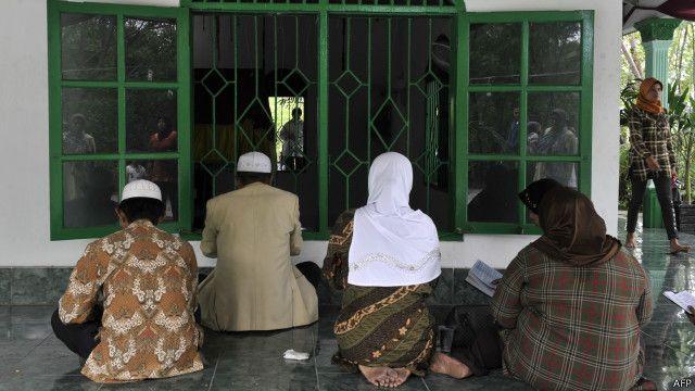 Warga Muslim di Jakarta tengah berziarah di komplek pemakaman. Ajaran Wahabi awalnya menolak pemujaan terhadap makam para wali.