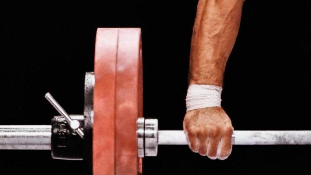 Una persona levantando una pesa