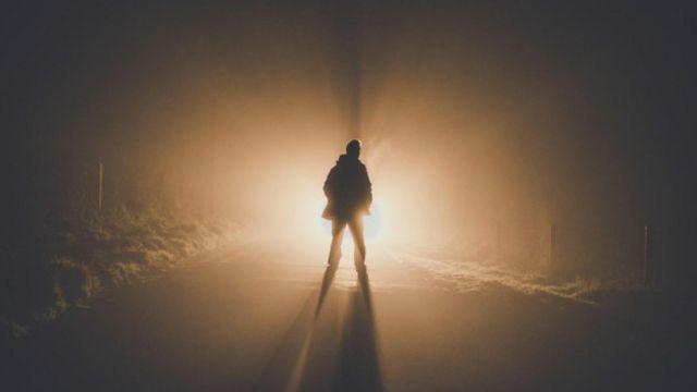Una persona viendo una luz fantasmagórica