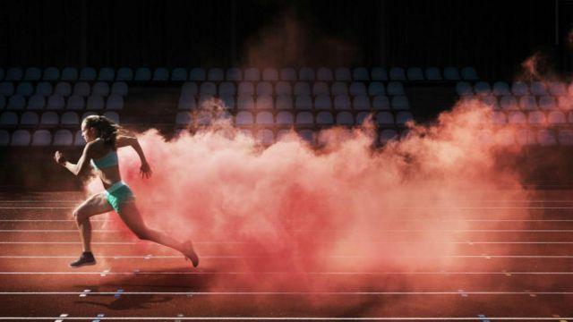 Un atleta corriendo a toda la velocidad