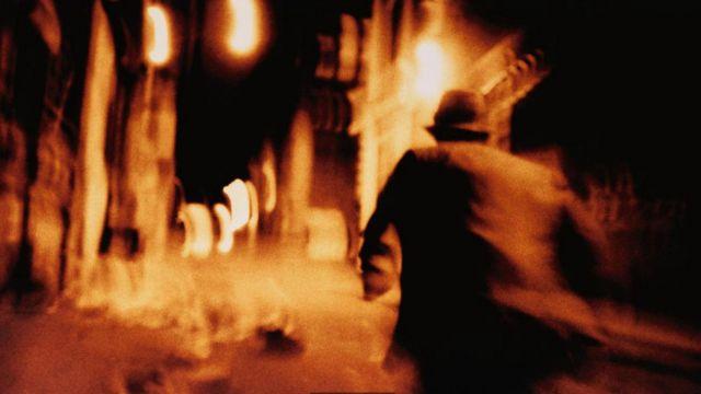 Una persona corriendo en una escena como de suspenso