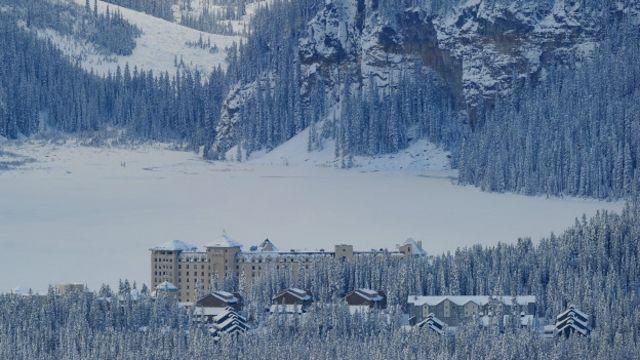 位於加拿大東部的露易絲湖城堡酒店(The Fairmont Chateau Lake Louise)