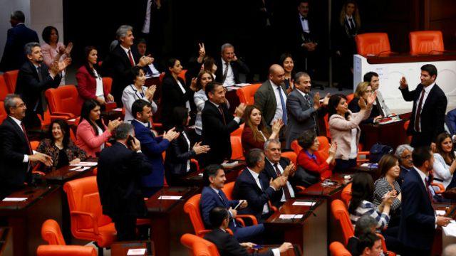 Dokunulmazlıkların kaldırılması teklifinin kabul edildiği açıklandıktan sonra Meclis'teki HDP'li milletvekilleri alkışlarla kararı protesto etti.