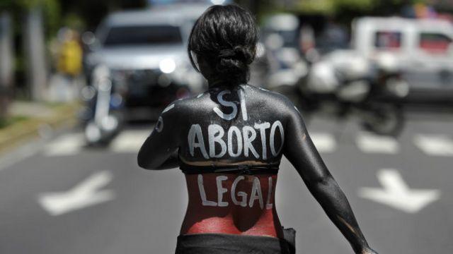 Una manifestante contra la ley del aborto en El Salvador