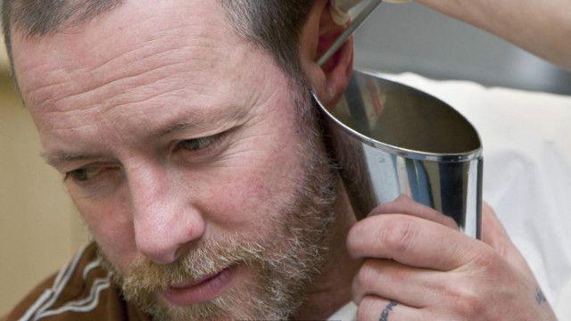 Una persona a la que le están limpiando el oído