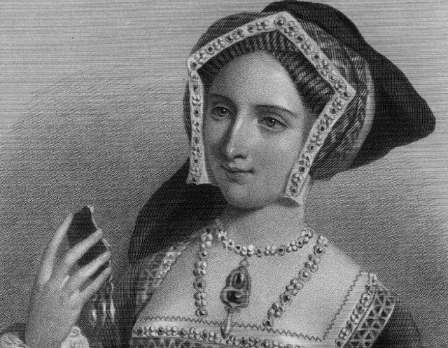 La tercera: Jane Seymour. Murió menos de un año y medio después de Ana Bolena, por complicaciones tras el parto de su único hijo.