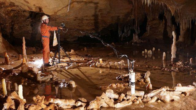 سازهها در اعماق غار کشف شدهاند، جایی که نور وجود ندارد