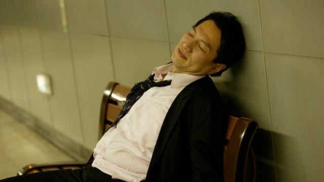 Un ejecutivo dormido en un banco