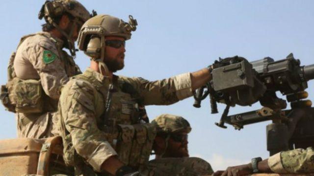 ABŞ xüsusi təyinatlının üzərində YPJ kürd silahlı qrupunun emblemini görmək olar.