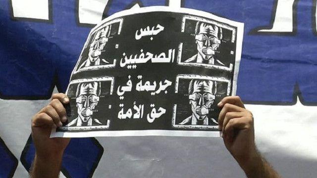 دعت نقابة الصحفيين أعضائها إلى تنظيم وقفة احتجاجية والاجتماع لبحث الأزمة.