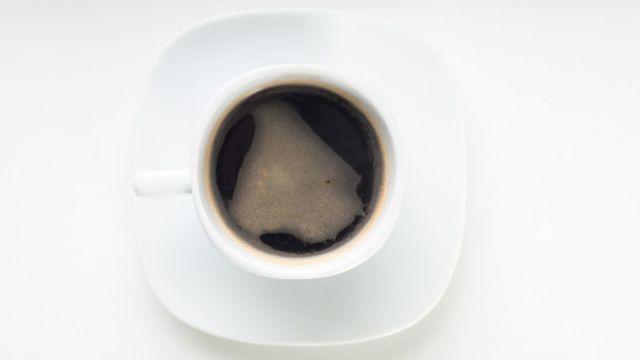 El café es una de las bebidas que pueden empeorar los síntomas, al igual que el alcohol y las bebidas con gas.