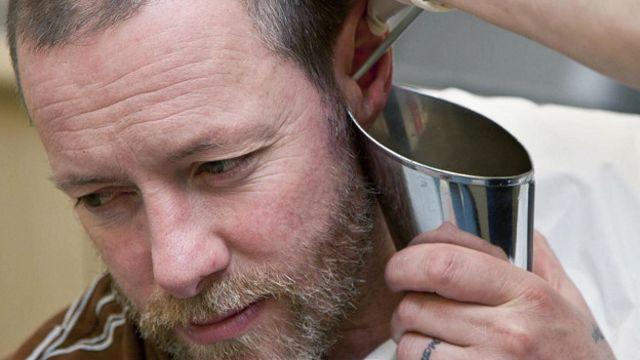 Промывание ушей с помощью шприца позволяет удалить излишки серы без риска повредить барабанную перепонку