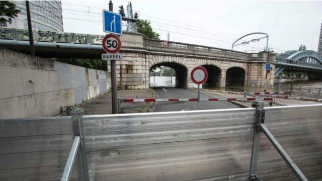 En algunas partes de París se han instalado barreras para frenar el agua.