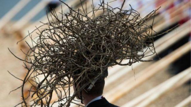 """Un hombre viste un """"sombrero"""" de ramas"""
