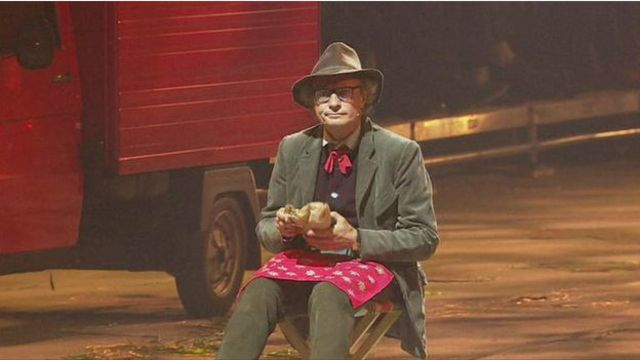 Un actor se sentó en el medio a comer un sándwich