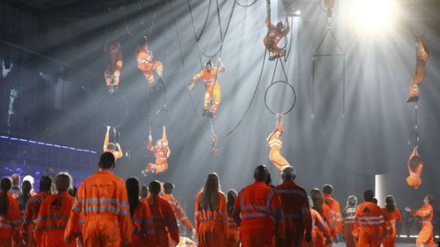 En un momento dado, algunos actores semidesnudos rodaban por el escenarios. Mientras que otros, vestidos como trabajadores de la construcción, se colgaban del techo.