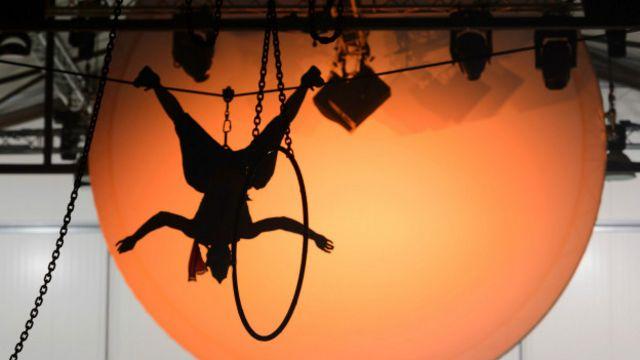 Un actor se cuelga del techo