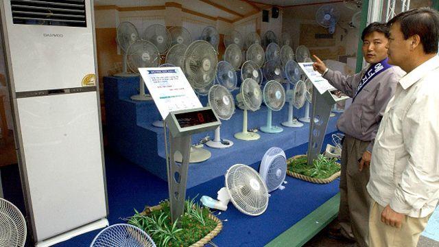 Surcoreanos viendo ventiladores
