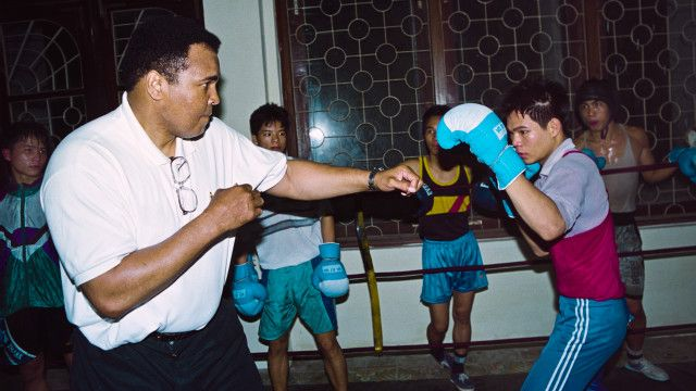 Muhammed Ali 'so găng' với một võ sĩ Việt Nam ở Hà Nội năm 1994