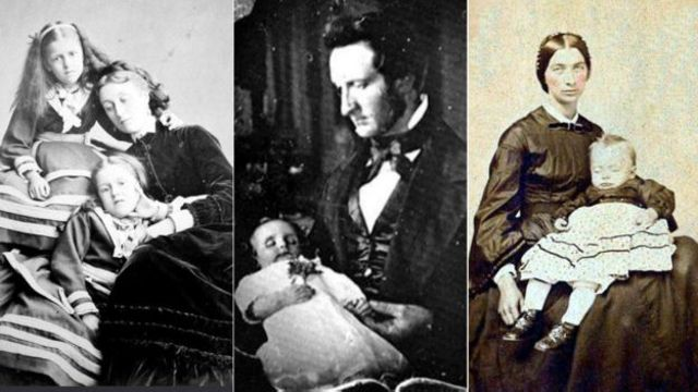 Dos niñas posan junto a su madre muerta. En la segunda foto, un padre guarda duelo por su pequeño. En la tercera, las mejillas de la mujer de la derecha han sido pintadas mientras que las de su hijo muerto permanecen pálidas.