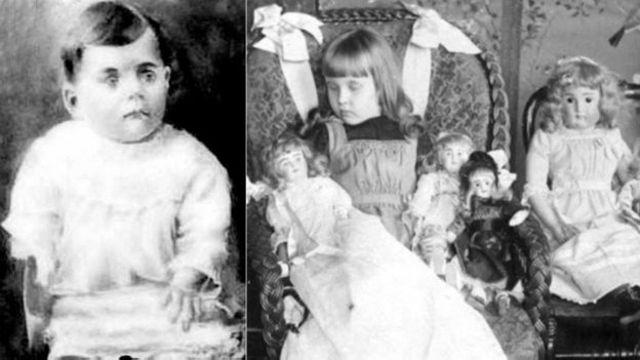 Los ojos del niño fueron pintados en esta imagen, mientras que la niña muerta fue colocada en una posición para dar la apariencia de que se durmió mientras jugaba con sus muñecas favoritas.