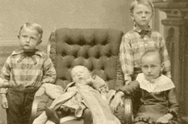 La muerte de un ser querido llevaba con frecuencia a la familia a hacerse el primer retrato juntos.