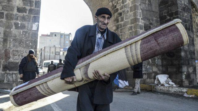 Çatışmalar ve sokağa çıkma yasakları döneminde çok sayıda sivil, Sur'u terk etmişti.